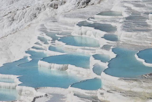 Piscinas turquesas de algodón, Pamukkale En el valle del río Menderes (Turquía) se encuentra Pamukkale, que significa castillo de algodón e...