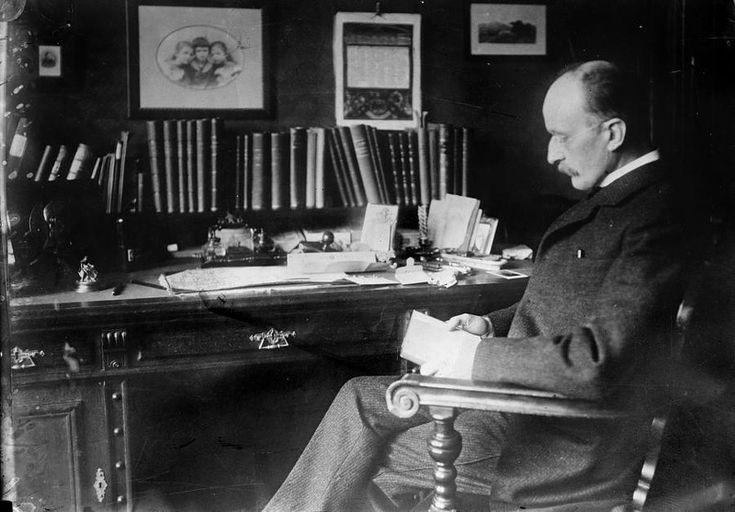 Max Planck en su despacho