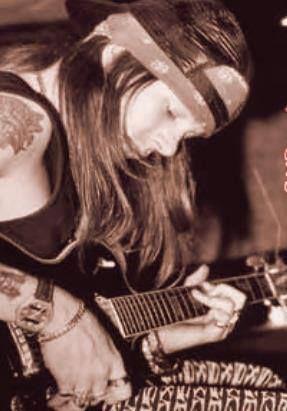 Nunca lo habia visto con una guitarra electrica *O* ... Solo una electroacustica que toco en el video de Dead Horse :'D