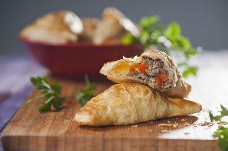 Слоеные пирожки с тунцом (рецепт с фото) #слоеныепирожки #пирожкистунцом #рецептсфото #выпечка #кулинария