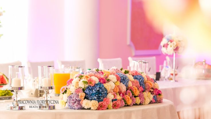 kandelabry - dekoracja sali weselnej świece świecznik kwiaty stół pary młodej