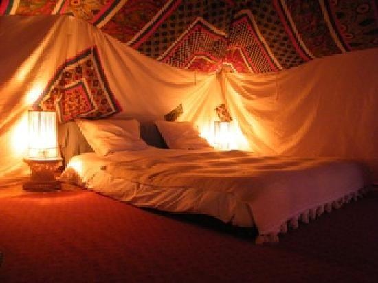 chambre dans la tente berb re tente berbere pinterest d. Black Bedroom Furniture Sets. Home Design Ideas