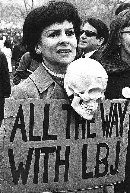 Manifestations anti-guerre américain dans Central Park, New York, 1967. Les factions de la classe moyenne qui devait croire que la guerre du Vietnam était une erreur. Certains ont cru qu'il était une intervention immorale et injustifiée dans les affaires intérieures d'un autre pays. Jeunes hommes qui ont fait face à la conscription et concernés leurs parents sont devenus de plus en plus engagée et beaucoup ont rejoint le mouvement anti-guerre.