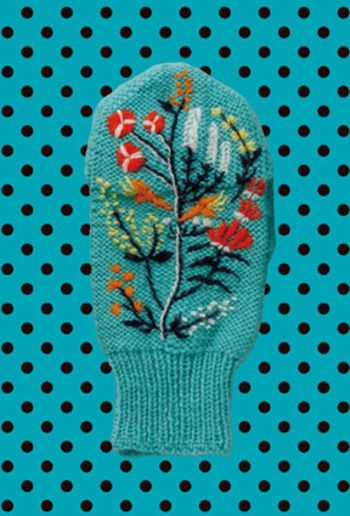 """三國さんの作品""""カバータイプのミトン""""(「編みものワードローブ」より)  お花の刺繍がかわいい!"""