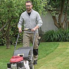 Vertikutieren im Frühjahr beseitigt Moos und Rasenfilz. Die Gräserwurzeln bekommen mehr Sauerstoff, der Rasen wird dichter und strapazierfähiger.