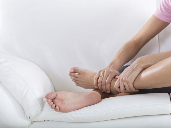 Dicke Füße und geschwollene Beine? Neben Bewegungsmangel können auch Übergewicht oder besondere Erkrankungen zu diesem Problem führen. Wir informieren über die möglichen Auslöser und erklären, was man gegen die unangenehmen Schwellungen unternehmen kann.