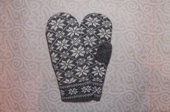 Hand-made adult mittens with star pattern by LanaNere on Etsy