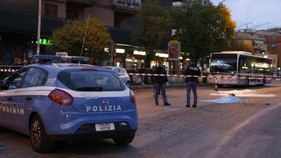 Inseguiti dagli agenti hanno falciato passanti e motociclisti. Quattro i feriti gravi. Contuso anche un poliziotto. Fermata una dei tre nomadi ricercati dalla
