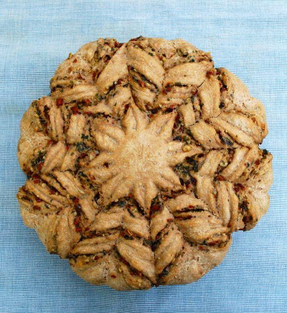 Pesto-Blume (Pesto-Brot) mit Rucola, getrockneten Tomaten und Walnüssen - Pur, zu Suppe, Salat, Grillgut oder was auch immer