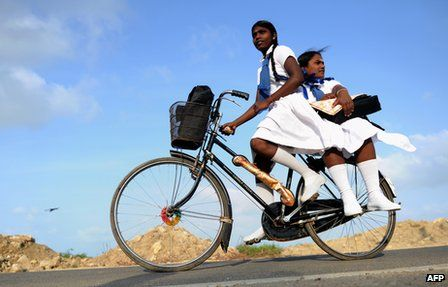 Schoolgirls in Jaffna, Northern Sri Lanka: Much of the population in northern and northeastern Sri Lanka are Tamil-speakers