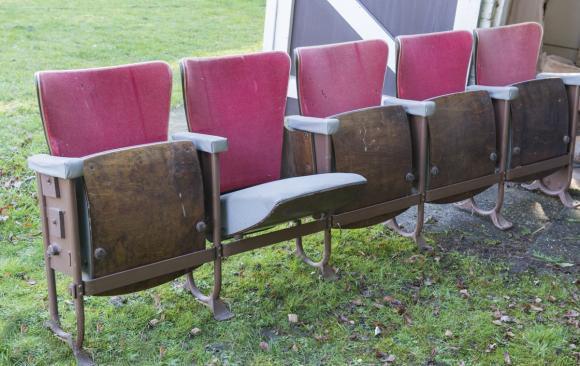 #Originele #vintage #retro #cinema #bioscoopstoelen met roze stof + grijze skaï. Houten leuningen, metalen frame. 5 stoelen (samen 1 geheel). De totale lengte is 2m50, hoogte 80 cm.