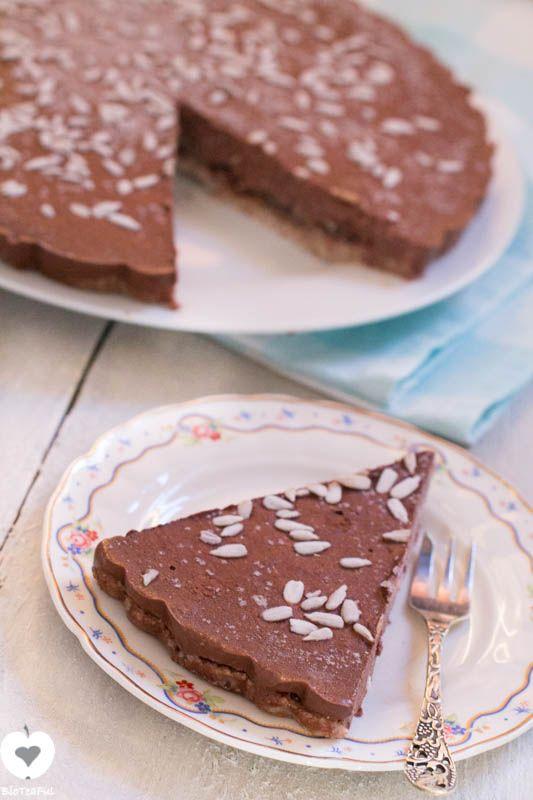 Tijdens een feestje een makkelijke gezonde chocoladetaart serveren? Deze taart is heerlijk! Suikervrij, glutenvrij en lactosevrij en makkelijk om te maken!