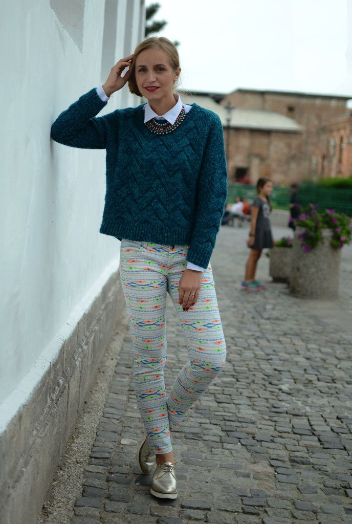 Knitted fall sweater and printed pants