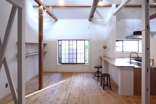 様々な種類の柱が賑やか。なにも装飾しなくてもおしゃれな部屋になりそうです。