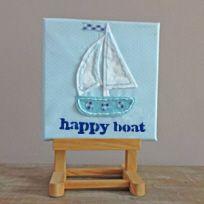 Sail away met dit gezellige babyschilderijtje van een bootje van stof.