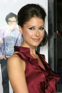 Amanda Crew Hairstyle, Makeup, Dresses, Shoes and Perfume - http://www.celebhairdo.com/amanda-crew-hairstyle-makeup-dresses-shoes-and-perfume/