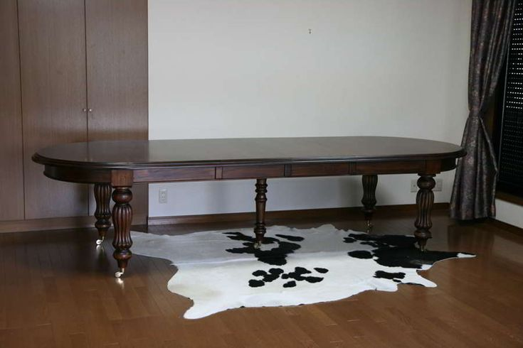 Colonial dining table oval top 330 cm length is a perfect selection for your large dining room. It has double extensions and five turning legs decorated with vertical reeds.