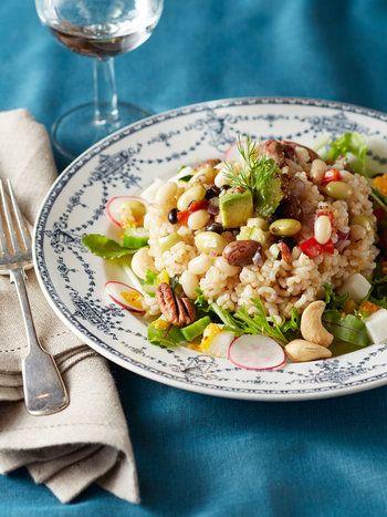 カリッとしたナッツと、モッチリとした玄米の食感が楽しいサラダ。ビネガーの酸味とオリーブオイルのコクが加わった玄米の味わいはちょっと癖になる美味しさです。  玄米ご飯は二人でお茶碗一杯分。豆、ナッツ、玄米は、ビタミンもミネラル豊富。ゆっくり噛んで栄養を身体に取り入れましょう。休日のブランチにイチオシのサラダです。