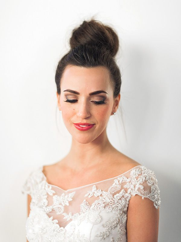 Elegant Bridal Bun with Dramatic Makeup | Megan Robinson Photography and Leslie Dawn Events | Candlelight Winter Wedding Ideas in Green and White