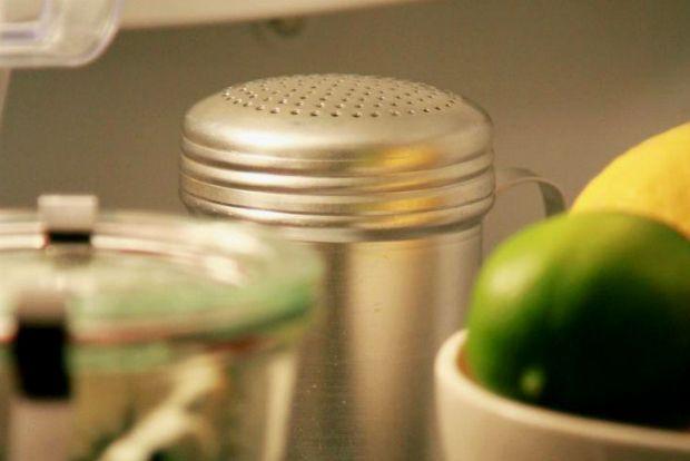 Επιστροφή από διακοπές: ξεχασμένα λαχανικά ή τυράκια που δεν φαγώθηκαν όταν έπρεπε γεμίζουν το ψυγείο με διόλου ευχάριστες οσμές. Πώς θα ξεμυρίσει και θα μείνει στο εξής ευωδιαστό για μήνες;