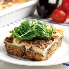 """Att äta äkta grekisk moussaka är en upplevelse. Lagar du moussakan efter det här receptet får du en rätt som helt och hållet """"smakar"""" Grekland."""
