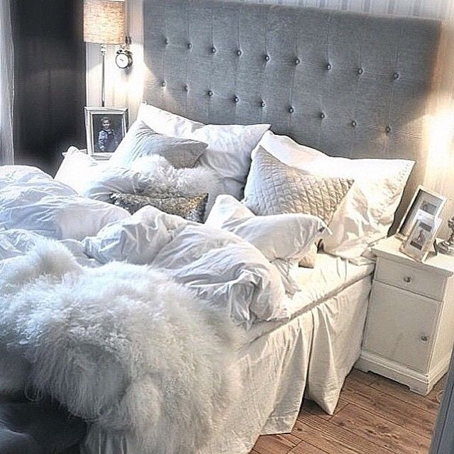 This bed looks so cozy. Pinterest - @xkvtx