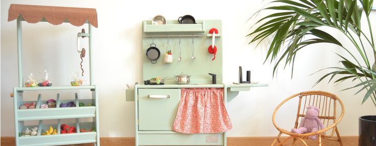 Macarena Bilbao. Cuinetes de fusta artesanes personalitzables, pupitres i altres joguines de fusta.