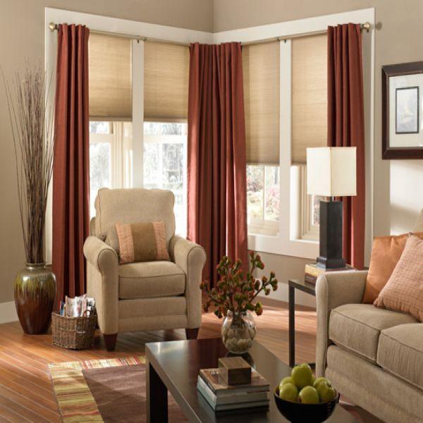 Rolety okienne mogą być wykonane zarówno z tkaniny dobranej przez osobę, która urządza mieszkanie, jak i słomkowego materiału, który jest doskonałym uzupełnieniem, szczególnie w domach letniskowych.