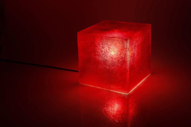 Χειροποίητο φωτιστικό από fiberglass, σε σχήμα κύβου. Μπορεί να χρησιμοποιηθεί ως φωτιστικό τραπεζιού ή οροφής.  Διαστάσεις: 20 x 20cm Xρώμα: Wine red / Βαθύ κόκκινο  Ως κρεμαστό φωτιστικό, δίνει φως και άποψη στο χώρο. Ως επιτραπέζιο φωτιστικό, μπορεί να τοποθετηθεί σε όλους τους χώρους (ακόμα και σε εξωτερικό), σε ράφι ή στο πάτωμα, ενώ μπορεί να χρησιμοποιηθεί και σαν night light σε παιδικό δωμάτιο.