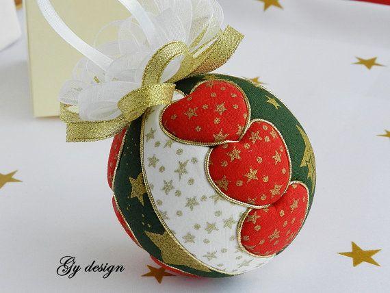 Este adorno se hace sobre una bola polistyren con técnicas de telas algodón estrellas oro de kimekomi.  Este ornamento es mi propio diseño único y es cuidadosamente hecha a mano con amor. Será la chispa en su árbol de Navidad o aparece en un soporte. Es un regalo perfecto para la familia o amigos.  Medidas: 3 1/4(8 cm) de diámetro, con el arco es 4 (10 cm) de alto.  También se puede hacer en el color deseado por el cliente (verde, marfil satinado naranja) por favor enviarme solicitud de…
