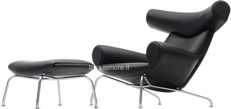 """Poggiapiedi per OX Chair, Hans Wegner, 1960. La """"Ox Chair"""", progettata da Wegner nel 1960, è uno degli esempi più caratteristici di Danish style nel design: purezza delle linee, forma organica e una certa dose di ironia di fondo. Per citare Wegner: """"we must play, but we must play seriously"""". Caratteristiche del poggiapiedi per la poltrona Ox Chair: scocca in legno, base in tubo di acciaio inox lucidato a specchio, rivestimeinto in pelle."""