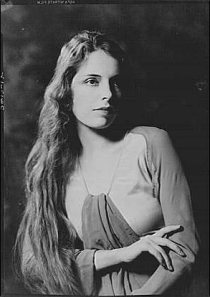 FRANCESCA BRAGGIOTTI was born inFlorence, her father was an Italian tenor, born inSmyrna; her mother was an American mezzo-soprano fromBoston. Both her parents were converted to Buddhism; she was the second of eight brothers and sisters, all destined for success in the arts.