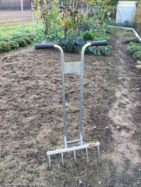 Nie mehr Umgraben! Als Biogärtner kann man getrost auf das mühevolle Umgraben verzichten und stattdessen den Boden mit einer Doppelgrabegabel auflockern und anschließend mulchen. Weitere Garten-Tipps auf: http://selbermachen-macht-gluecklich.de/category/meingarten/