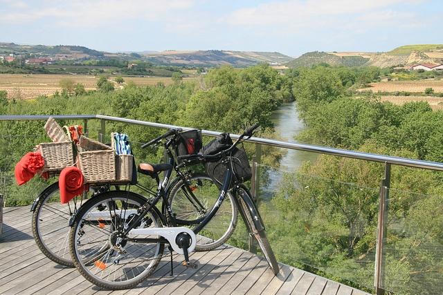 Picnic entre viñedos mirador al Ebro by Turismo de La Rioja, via Flickr