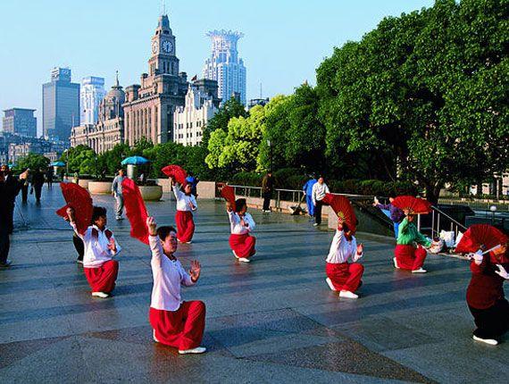 Jour 03 SHANGHAI Découverte de la vieille ville de Shanghai au milieu de laquelle se trouve le Jardin Yuyuan, où vous dégusterez un verre de thé. Vous visiterez le fameux musée de Shanghai et ses prestigieuses collections de jades, bronzes, porcelaines, excellente introduction à la richesse culturelle de la Chine. Promenade dans l'ancienne concession française, avec ses rues bordées de platanes ainsi que ses élégantes maisons. En soirée, superbe spectacle d'acrobaties.