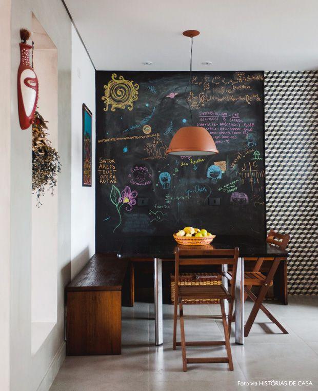 Uma sala de jantar meio canto alemão e parede de quadro negro, quem nao se apaixona? ♥