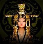 38 – En la China, alrededor del año, 2700 a.C se le atribuye a Lei Tsu, esposa del emperador Huang Ti, el descubrimiento de la seda, al investigar casualmente el comportamiento de un gusano que destruía los árboles de mora en los jardines reales