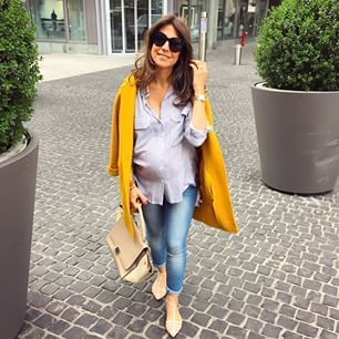Una chaqueta amarilla con una camisa formal y unos jeans. | 21 Sensacionales looks para mujeres embarazadas
