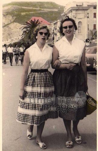 Freundinnen, 1958 hawaiii/Timeline Images #Freundinnen #Damenmode #Spaziergänger #Mode #50er #Frauenmode