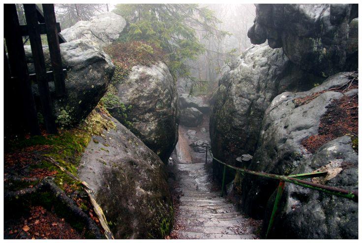 Szczeliniec Wielki spowity deszczem. Jedna z najciekawszych atrakcji Gór Stołowych.