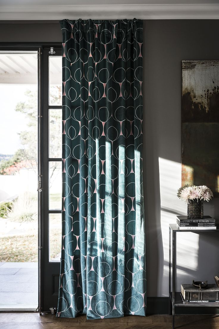 Vardagsrum i grå, rosa och mörkgröna toner. Perfekt match för gotain sammetsgardin i mönstret dotindot