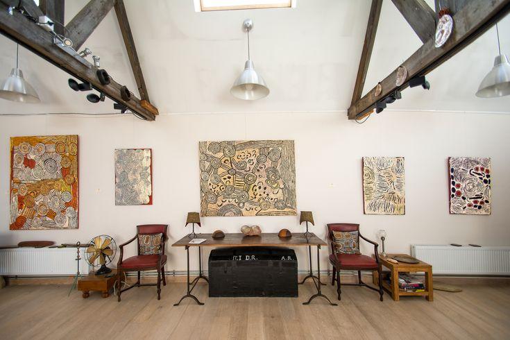 De gauche à droite, des œuvres des artistes Nancy Nungurrayi, Rosie Nampitjinpa, Nancy Nungurrayi, Ningura Napurrula, présentées lors de l'exposition Papunya : Big Bang. #artaborigene #aboriginalart #spirituality #fair #nomad #desert #indigenousart #artindigene