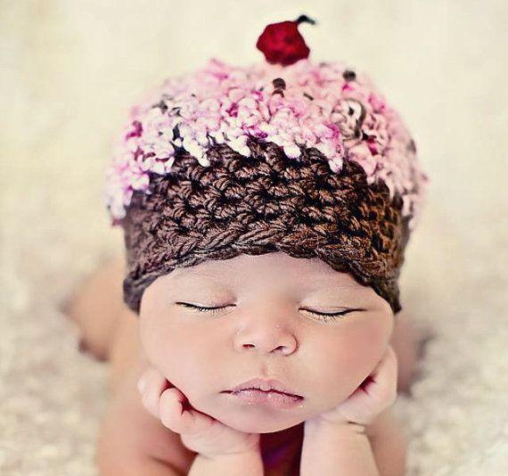 Neugeborenes Baby Girl Foto Prop Cupcake Hat von MitziKnitz auf Etsy