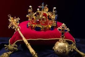 České korunovační klenoty jsou souborem předmětů ze sbírky Svatovítského pokladu a sloužily jako odznaky (insignie) vlády a moci českých králů. Udělovaly se při korunovaci.Svatováclavskou korunu nechal v letech 1345 až 1346 zhotovit Karel IV. ke své korunovaci českým králem, což ji dělá čtvrtou nejstarší v Evropě. Ostatní předměty se staly součástí později