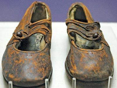 New DNA evidence and a toddler's shoe kept in a drawer for decades have solved the mystery of the Unknown Child from the Titanic who lies buried in Halifax.    Sidney Leslie Goodwin: Titanic Buried, Toddlers Shoes, Dna Evidence, Unknown Toddlers, Collectibles Titanic, Dna Test, Dr. Who, Toddler Shoes, Children Shoes