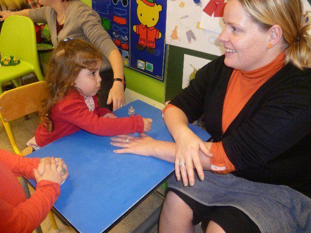 G-start - activiteit 2.11 Schoonheidssalon - De kleuters verwennen mama in hun schoonheidssalon. Bron: G-start, geletterdheid stimuleren bij jonge kinderen, Centrum voor Taal en Onderwijs.