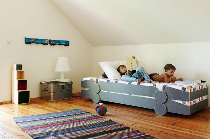 Un nuevo concepto de cama-coche de carreras para niños. Speedoletto es una cama infantil con ruedas, inspirada en los coches de carreras pero con un estilo más minimalista, versátil y contemporáneo. Lo bueno de esta cama es que se puede adaptar a un cuarto infantil o a las habitaciones juveniles más chulas. Su sencillo diseño …