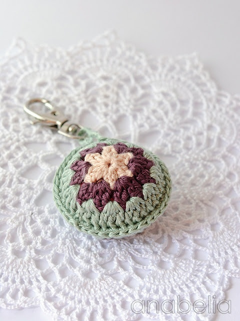 Crochet accent for summer bags | Note to Self: if not a pattern, design one based on this, but personalized.