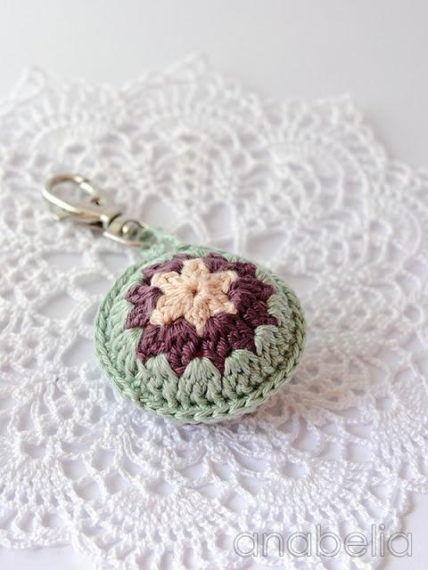 Crochet accent for summer bags ༺✿ƬⱤღ http://www.pinterest.com/teretegui/✿༻