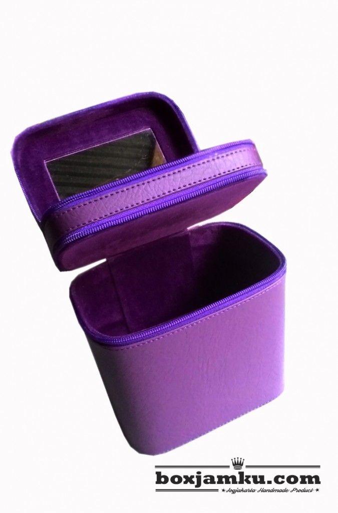 Kotak Kosmetik   Cosmetik Case Purple CuteKotak Kosmetik   Cosmetik Case Purple Cute Simple, Lucu, Cute dan Cantik adalah kesan yang dibawa oleh cosmetic case ini, dengan balutan warna ungu untuk luar dalam, cover dengan vynil dan bludru ditambah dengan warna benang jahit yang senada memberikan kesan lebih cantik. Berikut ini penampakan nya .. Cekidott.. !!  100K , 1 Kg On Packing  56e7d7d0   085799087500  Best Regards  Belanja Kerajinan   https://www.boxjamku.com